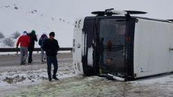 Bursaspor taraftarını taşıyan otobüs Erzurum'da kayarak devrildi