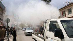 Şanlıurfa'da Belediye, sosyal mesafe kuralına uymayanlara ilaç püskürttü