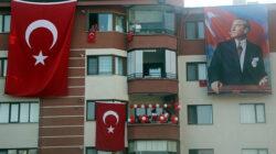 TümTürkiye 19:19'da balkonlarda İstiklal Marşı okudu!