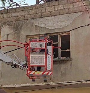 Adana Kozan'da Evde bulunan ceset, pencereden vinçle çıkarıldı