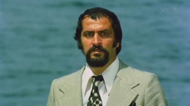 """87 yaşında hayata veda eden Ekrem Gökkaya, 1992 yılında Kemal Sunal ile oynadığı """"Koltuk Belası"""" isimli filme kadar birçok filmde yer almıştı. Bir süredir sağlık sorunları yaşayan Ekrem Gökkaya'dan kötü haber geldi. Kanser tedavisi gören Ekrem Gökkaya, hayatını kaybetti. Ekrem Gökkaya, mesleği bıraktıktan sonra eşinin memleketi Bartın'a yerleşmişti. 87 yaşındaki oyuncu, dört gün önce yoğun bakıma kaldırılmıştı."""