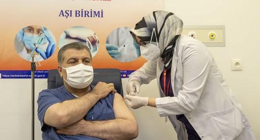 Korona Aşısı olan Bakan Fahrettin Koca telefonuna gelen mesajı paylaştı