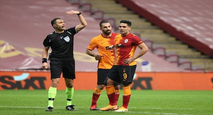 """Ahmet Çakar:Falcao... Çok yazık. Ayağı kopmuş olsaydı uzardı... Takımının ona en çok ihtiyacı olan maçta 28 dakikada """"Sakatlandım"""" deyip çıkıyor. Üstelik kazandığı ciddi bir servet var. Galatasaray şampiyonluğu kovalamak istiyorsa mutlaka çok iyi bir santrfor almak zorunda."""