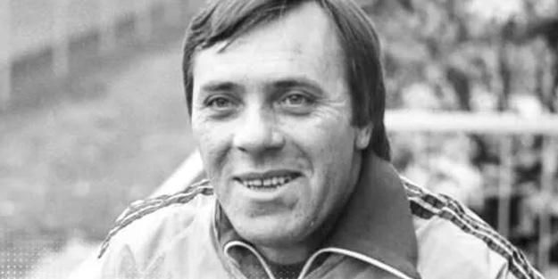 Özcan Arkoç kimdir?  1939'da Hayrabolu'da doğan Özcan Arkoç, futbol hayatına Vefa Kulübü'nde başladı. 1958 yılında Fenerbahçe'ye, 1962 yılında Beşiktaş'a transfer oldu. 1964-66 yılları arasında Avusturya'nın Wien Takımı'nda kalecilik yapan Arkoç, daha sonra Almanya'nın Hamburger SV Takımı'nda futbol oynadı. 9 kez milli olan Arkoç, Hamburger SV'in teknik direktörlüğünü de yaptı