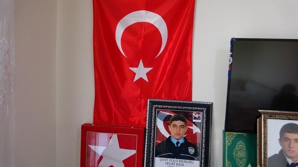 """CHP'ye haklarını helal etmeyeceklerini kaydeden anne Kaya, """"CHP milletvekili bize demiş ki oğlunuz size hakkını helal etmeyecek. Nasıl bize helal etmeyecek? Helal etmeyeceği kişiler varsa onlar da sizlersiniz. Biz de size hakkımızı helal etmiyoruz. HDP/PKK şerefsizdir. Benim oğlum şehittir. Oğlumun kanı yerde kalmasın. Son nefesine kadar öcünün alınmasını istiyoruz. HDP/PKK millet meclisine girmesin ve maaş almasın. HDP/PKK aynıdır"""" diye konuştu."""