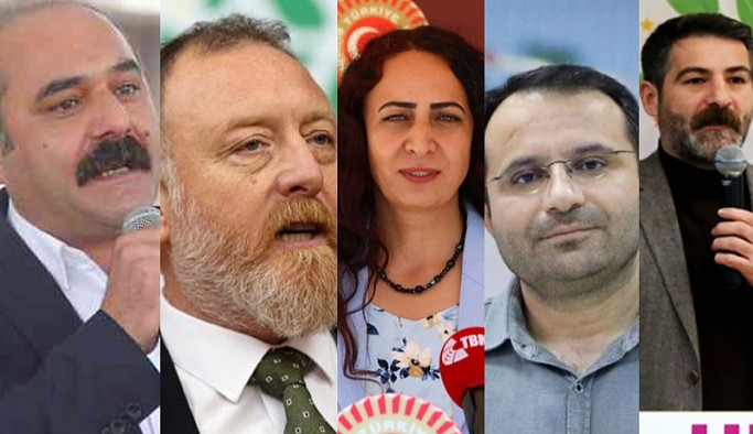 """HDP'li 5 milletvekili hakkında""""Türk milletini Türkiye Cumhuriyeti Devleti'ni, devletin kurum ve organlarını aşağılama"""", """"Halkı kin ve düşmanlığa tahrik""""suçlarından soruşturma başlatan Başsavcılık, dosyaları""""görevsizlik""""kararıyla Ankara Cumhuriyet Başsavcılığı Parlamenter Suçları Soruşturma Bürosuna gönderdi."""
