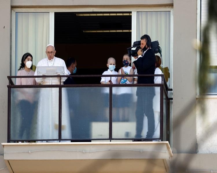 Katolik aleminin ruhani lideri Papa Francis'in geçtiğimiz günlerde ameliyat olacağı duyurulmuştu. Papa, ameliyattan sonra ilk kez halkın karşısına çıktı.